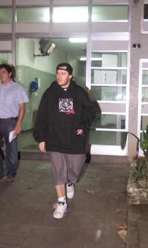6.mar.2005 - Chorão sai da delegacia após acidente de carro em Santos