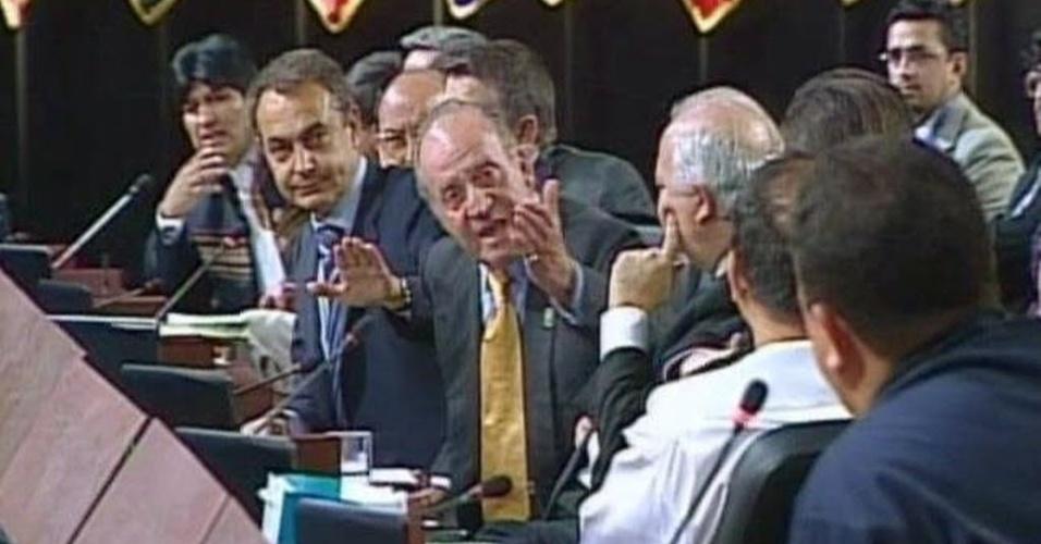 6.mar.2007 - Rei Juan Carlos 1º, da Espanha (centro), gesticula para Chávez (primeiro da direita para a esquerda na foto), durante a cúpula ibero-americana, realizada em Santiago (Chile), em 2007, em imagem de arquivo. Naquela ocasião, o espanhol perguntou por que Chávez não calava a boca, uma das mais célebres polêmicas em que Chávez se meteu. O rei enviou nesta quarta-feira (6) um telegrama ao vice-presidente da Venezuela, Nicolás Maduro, com uma mensagem de condolência à nação venezuelana pela morte do presidente Hugo Chávez, segundo fontes da Casa do Rei