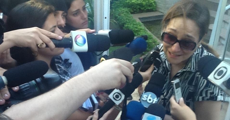 6.mar.2013 - A apresentadora Sonia Abrão, prima de Chorão, conversa com jornalistas na entrada do prédio