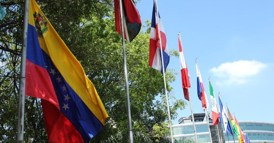 6.mar.2013 - A bandeira da Venezuela é hasteada a meio mastro no Memorial da América Latina, no bairro da Barra Funda, na zona oeste de São Paulo (SP), em homenagem ao presidente Hugo Chávez. Chávez morreu no início da noite desta terça-feira (5), vítima de um câncer