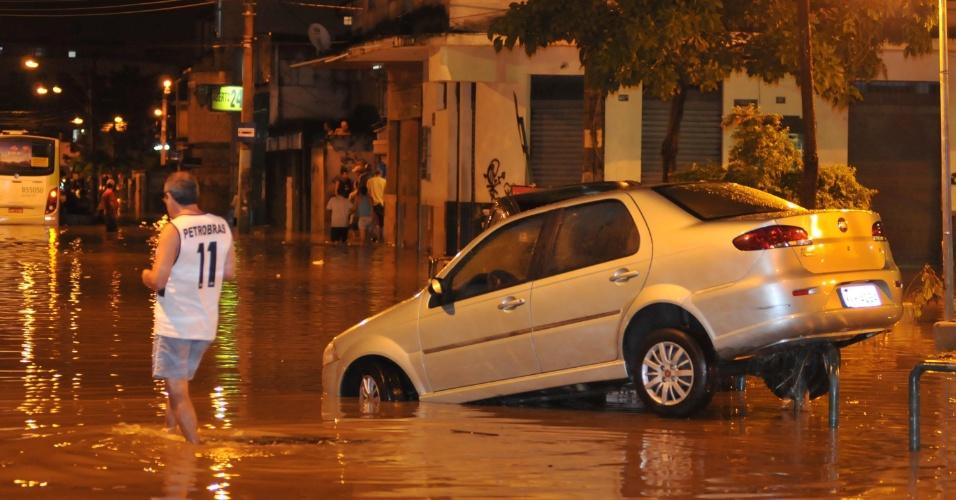 6.mar.2013 - A forte chuva da noite de terça (5) deixou alagada a rua Miguel Burnier, no Bairro de Bonsucesso, no Rio de Janeiro (RJ)