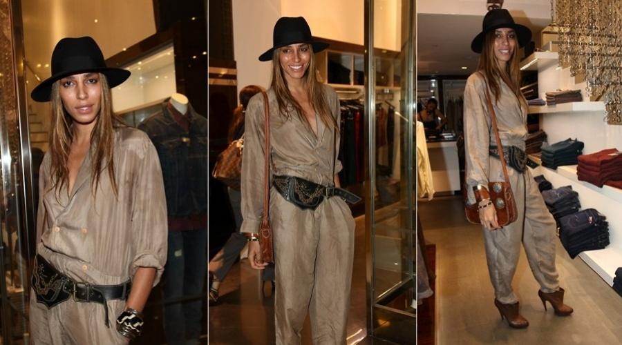 6.mar.2013 - A modelo brasileira LeaT. prestigiou o lançamento de uma coleção de roupas femininas em um shopping em São Paulo