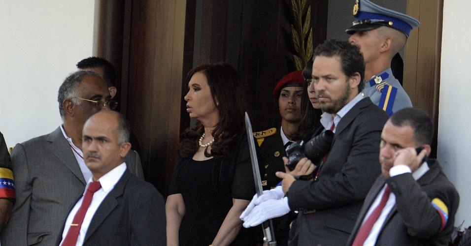 6.mar.2013 - A presidente da Argentina, Cristina Kirchner, espera pelo cortejo fúnebre com o corpo do presidente venezuelano, Hugo Chávez, na Academia Militar de Caracas, nesta quarta-feira. Chávez morreu nesta terça-feira, vítima de um câncer