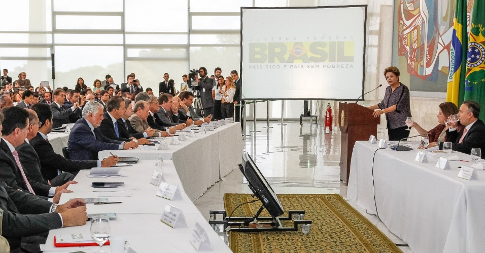 6.mar.2013 - A presidente Dilma Rousseff &#40;&#224; dir.&#41; participou na manh&#227; desta quarta-feira &#40;6&#41; de uma reuni&#227;o com governadores e prefeitos, em Bras&#237;lia. A presidente prometeu R$ 33 bilh&#245;es para obras de saneamento, mobilidade urbana e pavimenta&#231;&#227;o e voltou a fazer um apelo para que os futuros recursos dos royalties de petr&#243;leo sejam destinados &#224; educa&#231;&#227;o
