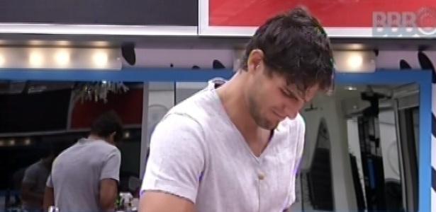 6.mar.2013 - André ajuda Nasser a fazer o almoço e comenta que a casa está