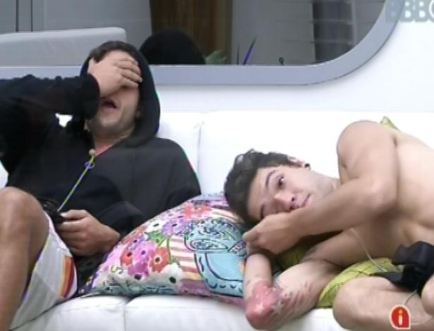 6.mar.2013 - André e Nasser acordam, ainda com sono, e ficam no sofá enquanto aguardam movimentação das sisters