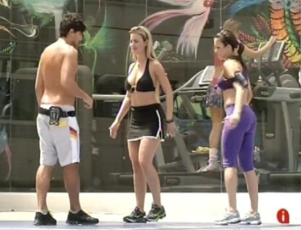 6.mar.2013 - André passa treino aeróbico para Kamilla e Fernanda, no quintal da casa