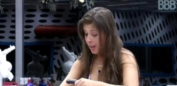 6.mar.2013 - Andressa enche chaleira de água para fazer um capuccino nesta manhã