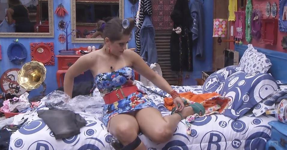 6.mar.2013 - Andressa se descuida enquanto veste roupa para festa e exibe demais