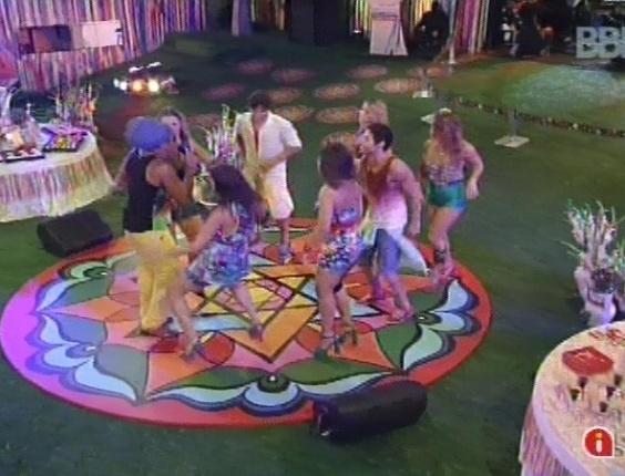 """6.mar.2013 - Ao som de """"A namorada"""", brothers e Carlinhos Brown dançam na pista"""