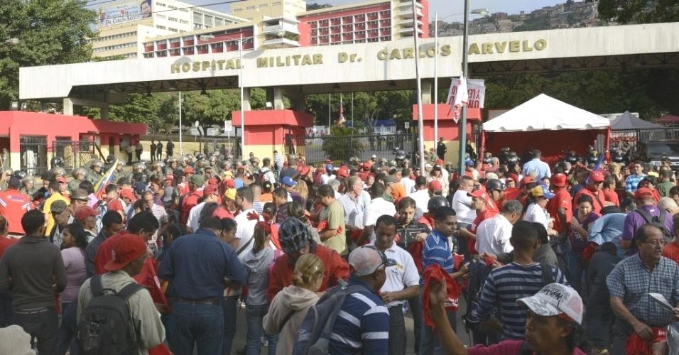 6.mar.2013 - Apoiadores do presidente da Venezuela, Hugo Chávez, se concentram em frente ao Hospital Militar Dr. Carlos Arvelo, em Caracas, onde o mandatário morreu na terça-feira (5). Chávez, morto aos 58 anos, lutava contra um câncer na região pélvica
