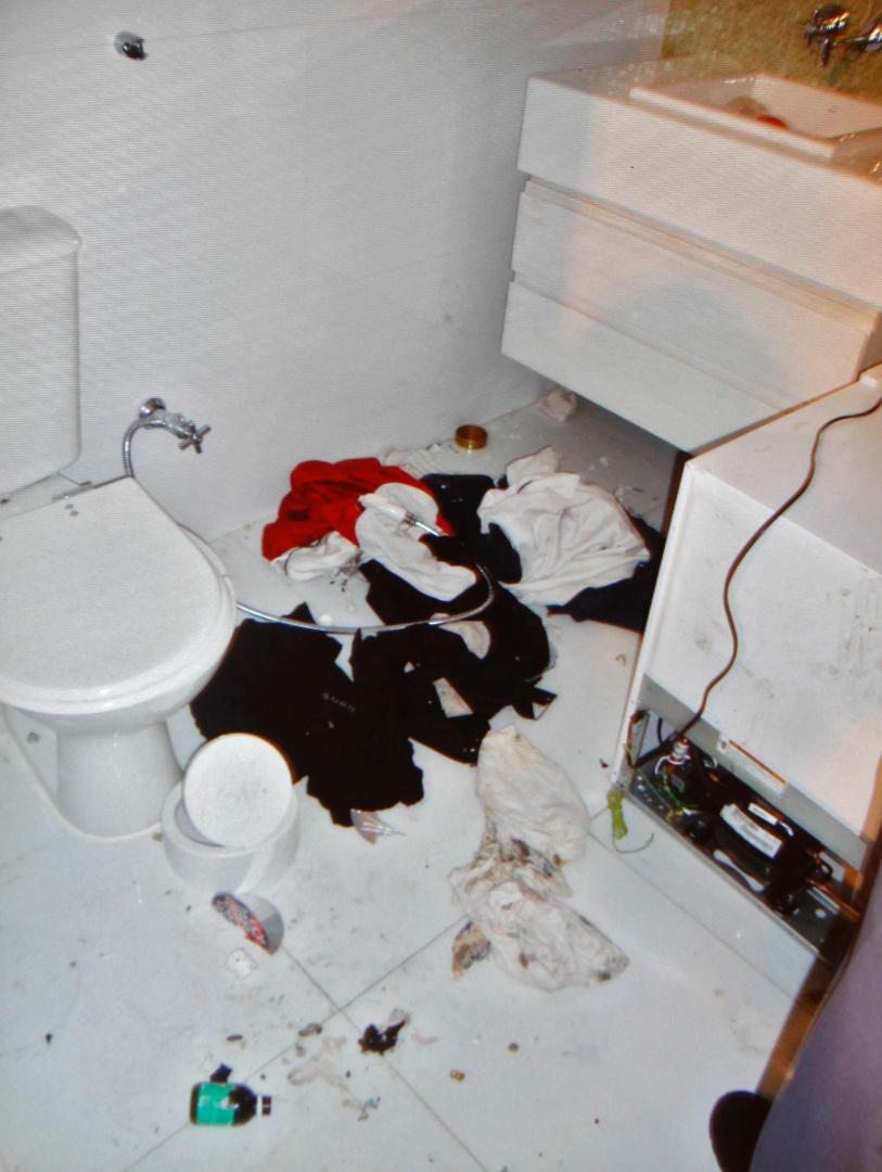 6.mar.2013 - Banheiro do apartamento de Chorão, com objetos largados no chão