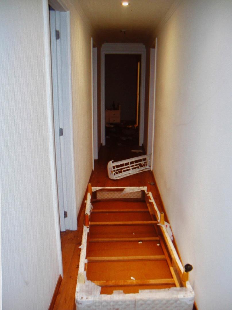 6.mar.2013 - Cama revirada no apartamento de Chorão, encontrado morto em SP