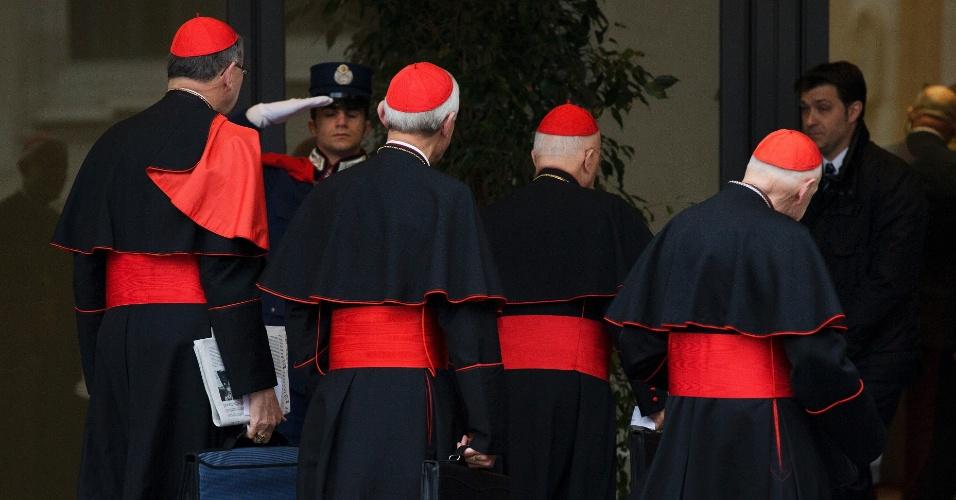 6.mar.2013 - Cardeais chegam para a quarta reunião de preparação do conclave na Sala Paulo 6º, no Vaticano