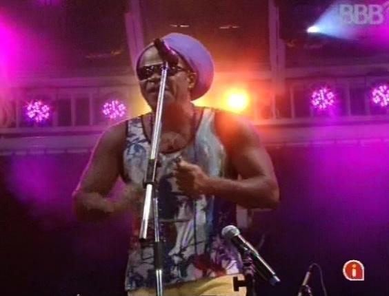 """6.mar.2013 - Carlinhos Brown embala show com sucesso """"Tema de amor"""""""