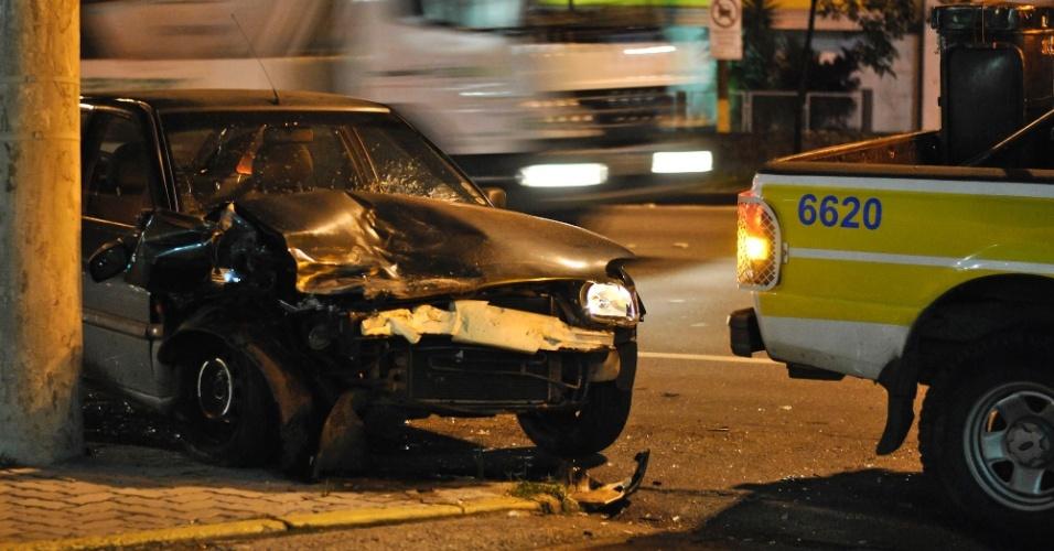 6.mar.2013 - Carro fica com a frente destruída após motorista dormir no volante e bater contra um poste na madrugada desta quarta-feira (6) na avenida dos Bandeirantes, zona sul de São Paulo