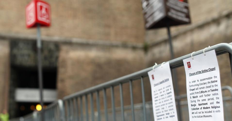 6.mar.2013 - Cartaz sobre fechamento da Capela Sistina é exibido fora do museu do Vaticano, em Roma. O local ficará fechado ao público até o fim do conclave que elegerá o novo papa