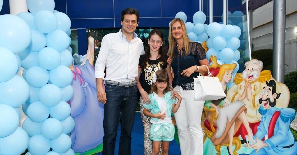 6.mar.2013 - Celso Portioli prestigiou o aniversário de três anos de Helena e Isabella, filhas de Luciano, em uma casa de festas em São Paulo. Ele estava acompanhado da mulher e das filhas