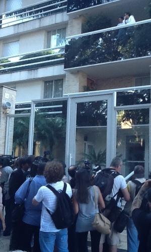 6.mar.2013 - Jornalistas e fãs esperam notícias na frente do prédio de Chorão, onde o cantor foi encontrado morto nesta manhã no bairro de Pinheiros, em São Paulo