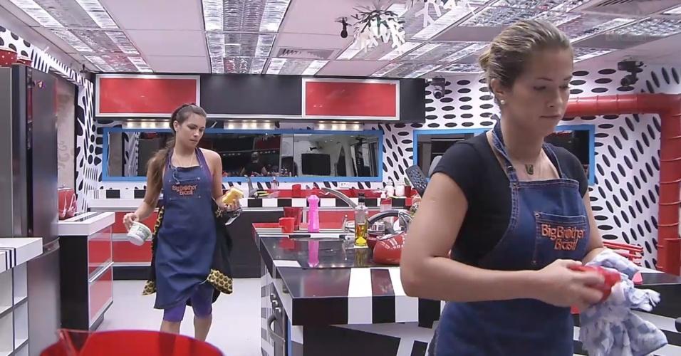 6.mar.2013 - Fani e Kamilla arrumam a cozinha após o almoço