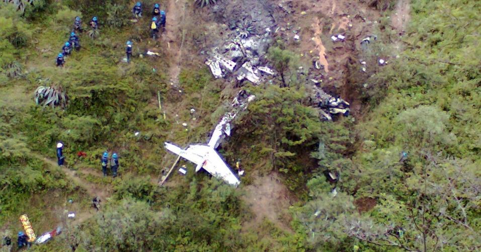 6.mar.2013 - Foram encontrados os restos do pequeno avião que caiu nesta quarta-feira na região de La Libertad, no Peru, matando nove pessoas -- sete passageiros e dois tripulantes. Entre todos que estavam na aeronave, ninguém sobreviveu a queda. O avião havia saído nesta manhã de Lima