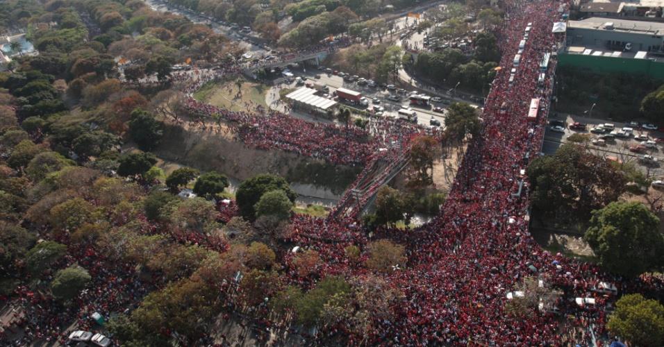 6.mar.2013 - Fotografia cedida pela presidência da Venezuela mostra milhares de pessoas seguindo o cortejo com o caixão do presidente do país Hugo Chávez que partiu do hospital até a Academia Militar de Caracas, onde acontece o velório nesta quarta-feira