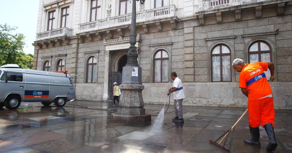 6.mar.2013 - Funcionários da Comlurb fazem a limpeza do Palácio do Catete nesta quarta-feira (6), após a forte chuva que atingiu o Rio de Janeiro na noite de terça (5). A população da cidade ainda enfrenta problemas por causa da tempestade de ontem. Pelo menos quatro pessoas morreram