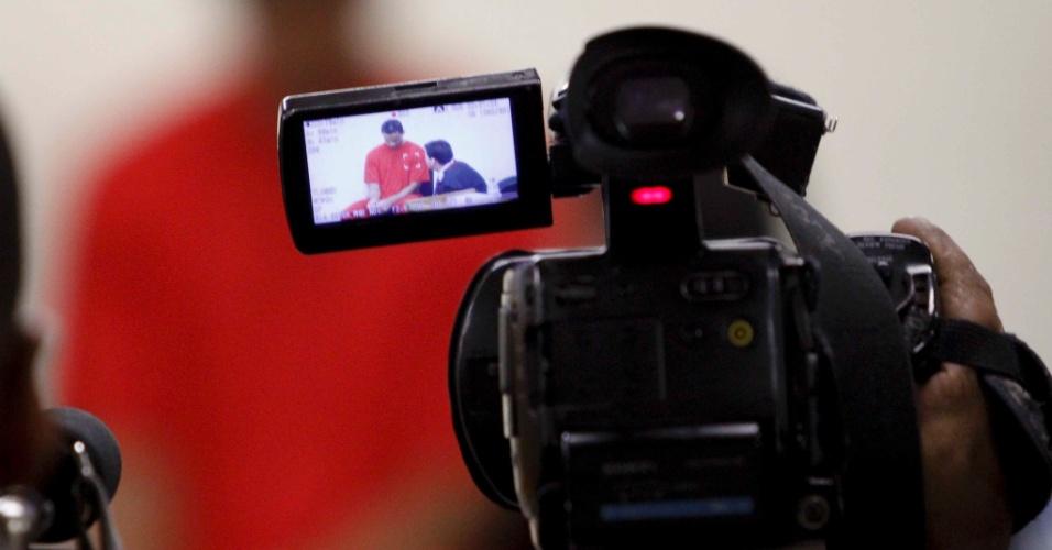 6.mar.2013 - Goleiro Bruno Fernandes (centro), visto a partir da lente de uma câmera, durante depoimento no Salão do Júri do fórum de Contagem (MG). Em seu 3º dia de julgamento, o jogador negou ter sido o mandante da morte de sua amante, Eliza Samudio, mas admitiu parte de responsabilidade pelo crime.