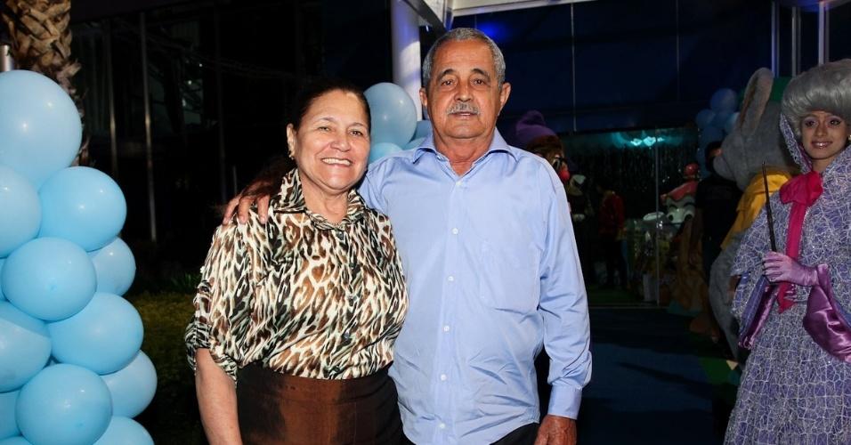 6.mar.2013 - Helena e Francisco prestigiaram o aniversário de três anos das netas, de Helena e Isabella, filhas de Luciano, em uma casa de festas em São Paulo