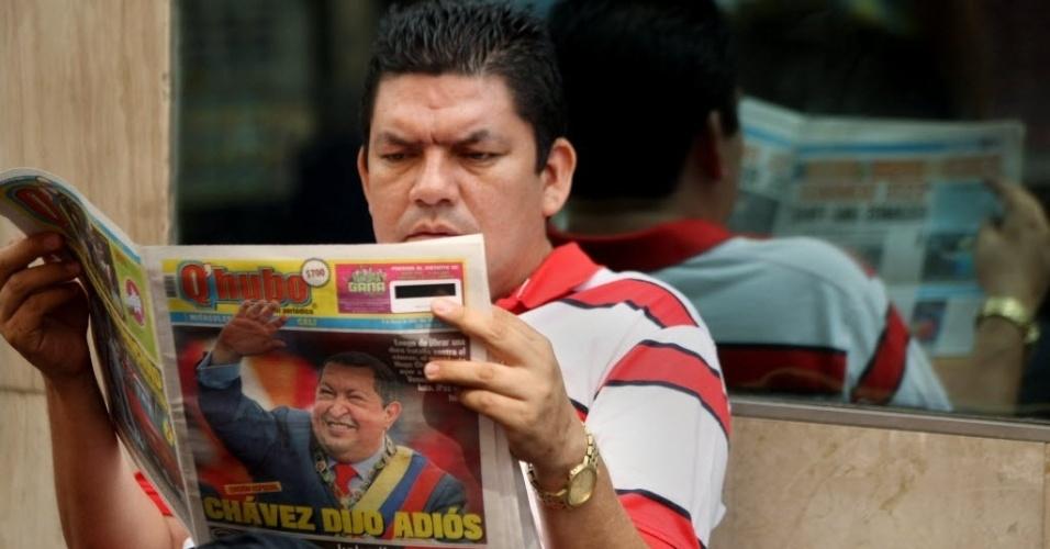 6.mar.2013 - Homem lê jornal com a notícia da morte de Hugo Chávez, em praça de Cali, na Colômbia. O presidente da Venezuela morreu na terça-feira (5), aos 58 anos, vítima de um câncer na região pélvica