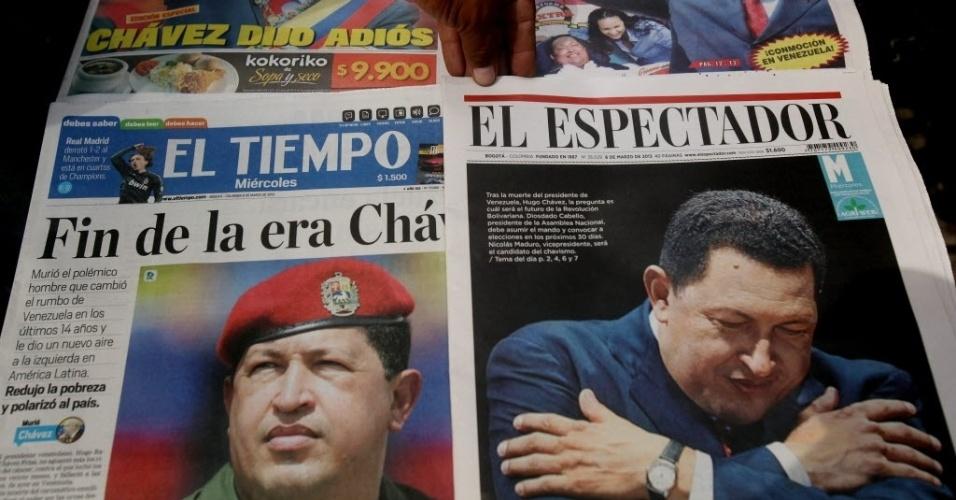 6.mar.2013 - Homem retira um dos jornais com a notícia da morte de Hugo Chávez, em banca de jornal de Cali, na Colômbia. O presidente da Venezuela morreu na terça-feira (5), aos 58 anos, vítima de um câncer na região pélvica