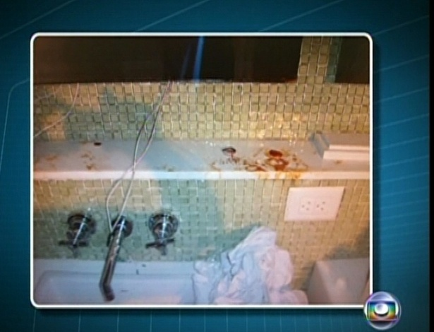 6.mar.2013 - Imagens de TV mostram o apartamento do cantor revirado com manchas de sangue e uma pequena quantidade de p&#243; branco; Chor&#227;o foi encontrado morto de bru&#231;os