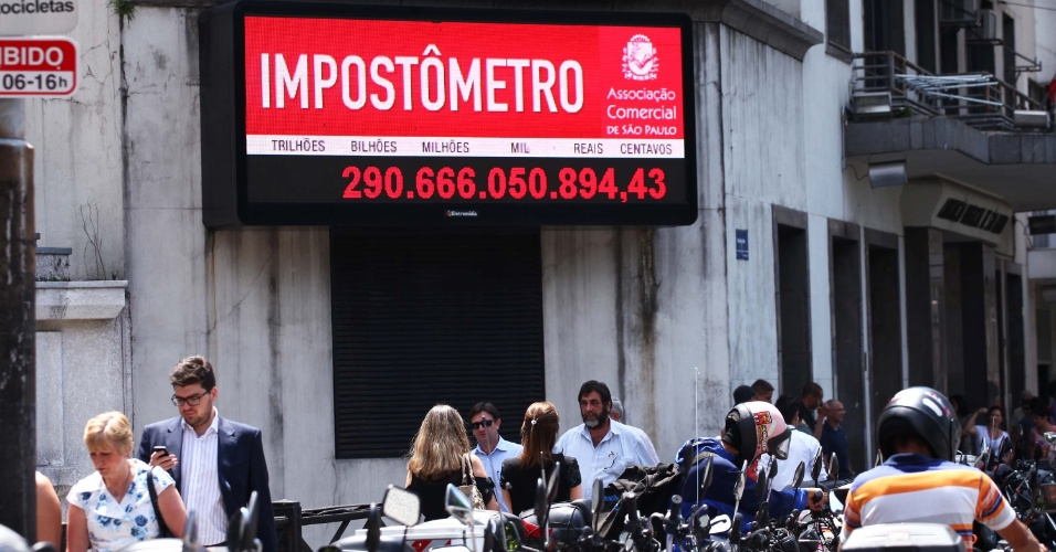 6.mar.2013 - Impost&#244;metro registra R$ 290 bilh&#245;es de impostos federais, estaduais e municipais pagos pelos brasileiros nesta quarta-feira. O impost&#244;metro pode ser visualizado na rua Boa Vista, no centro de S&#227;o Paulo (SP)
