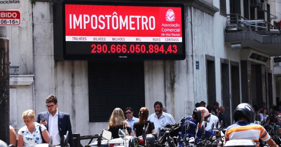 6.mar.2013 - Impostômetro registra R$ 290 bilhões de impostos federais, estaduais e municipais pagos pelos brasileiros nesta quarta-feira. O impostômetro pode ser visualizado na rua Boa Vista, no centro de São Paulo (SP)