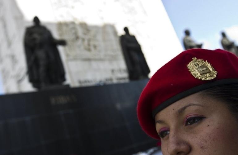 6.mar.2013 - Integrante da banda de guerra do Exército da Venezuela ensaia para a caravana que acompanhará o cortejo do presidente Hugo Chávez, na praça onde fica o Monumento à Nação, em Caracas. O presidente da Venezuela morreu na terça-feira (5), aos 58 anos, vítima de um câncer na região pélvica. Desde às 6h em Caracas (8h de Brasília), as Forças Armadas do país disparam 21 tiros de canhão a cada hora, até que o corpo de Chávez seja enterrado