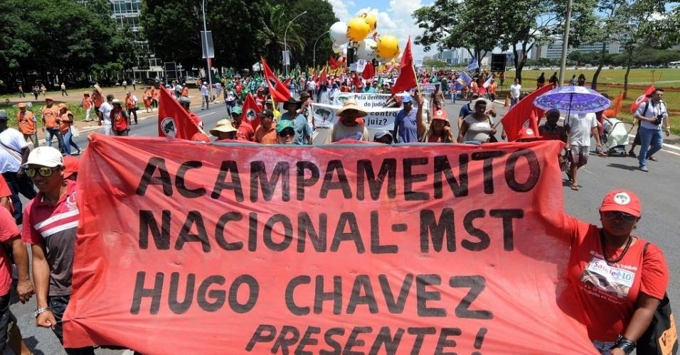 6.mar.2013 - Integrantes do Movimento Sem-Terra exibem cartaz em homenagem a Hugo Chávez, durante marcha ao Congresso pela redução da jornada de trabalho, em Brasília. O presidente da Venezuela morreu na terça-feira (5), aos 58 anos, vítima de um câncer na região pélvica