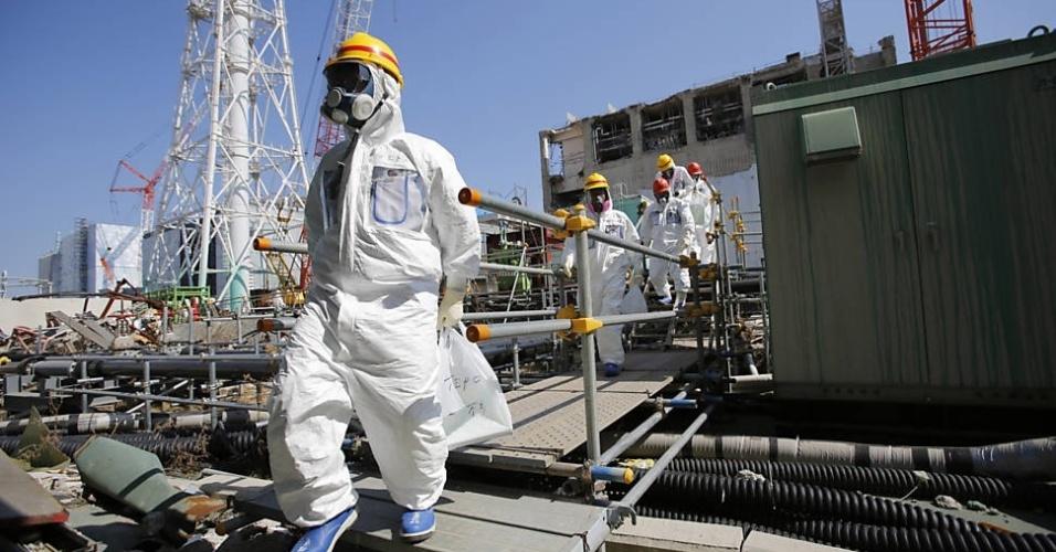 6.mar.2013 - Jornalistas são guiados após visita nesta quarta-feira (6), à Tokyo Electric Power Co. (TEPCO), em Fukushima, no Japão, cinco dias antes do segundo aniversário do tsunami que atingiu a usina nuclear