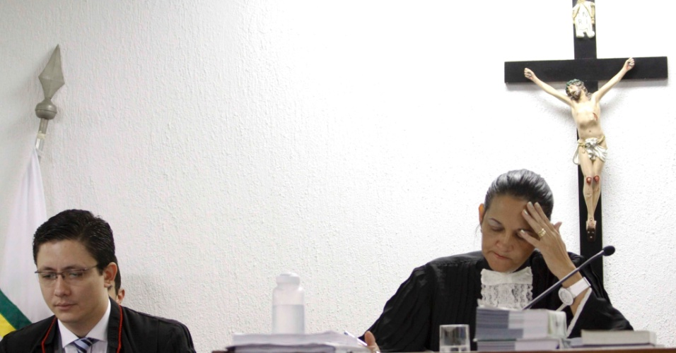 6.mar.2013 - Juiza do caso Eliza Samudio, Marixa Fabiane (direita), e o promotor Henry Wagner de Castro acompanham depoimentos no fórum de Contagem (MG), onde o goleiro Bruno Fernandes é julgado pelo desaparecimento de sua amante, a modelo Eliza Samudio, com quem o jogador teve um filho. A Quarta Câmara Criminal do Tribunal de Justiça de Minas Gerais rejeitou nesta quarta-feira (6) o pedido de habeas corpus apresentado pela defesa do goleiro para que o atleta pudesse cumprir sua pena em prisão domiciliar