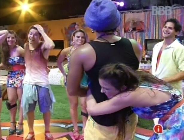 6.mar.2013 - Kamilla agarra Carlinhos Brown pela cintura