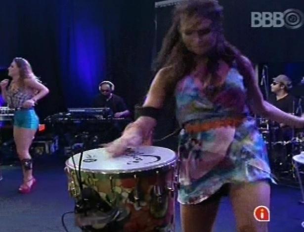 6.mar.2013 - Kamilla aproveita para tocar percussão durante a música