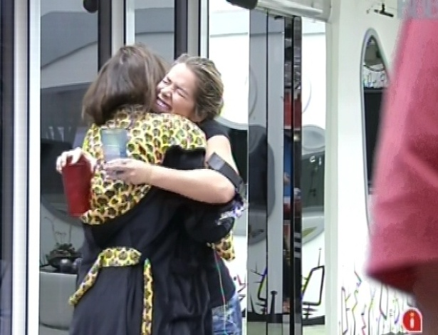 """6.mar.2013 - Kamilla e Fani se abraçam e dizem que festa desta noite vai ser """"muito boa"""""""
