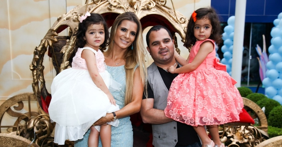 6.mar.2013 - Luciano e a mulher, Flavia, celebraram os três anos das filhas, as gêmeas Helena e Isabella, com festa em São Paulo