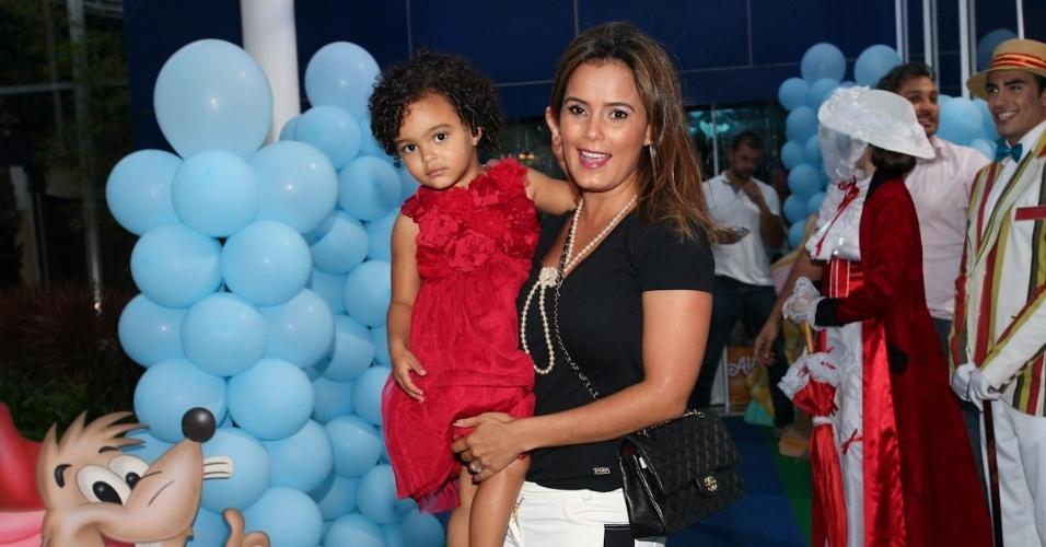 6.mar.2013 - Luciele di Camargo e a filha, Maria Eduarda, prestigiaram o aniversário de três anos de Helena e Isabella, filhas de Luciano, em uma casa de festas em São Paulo