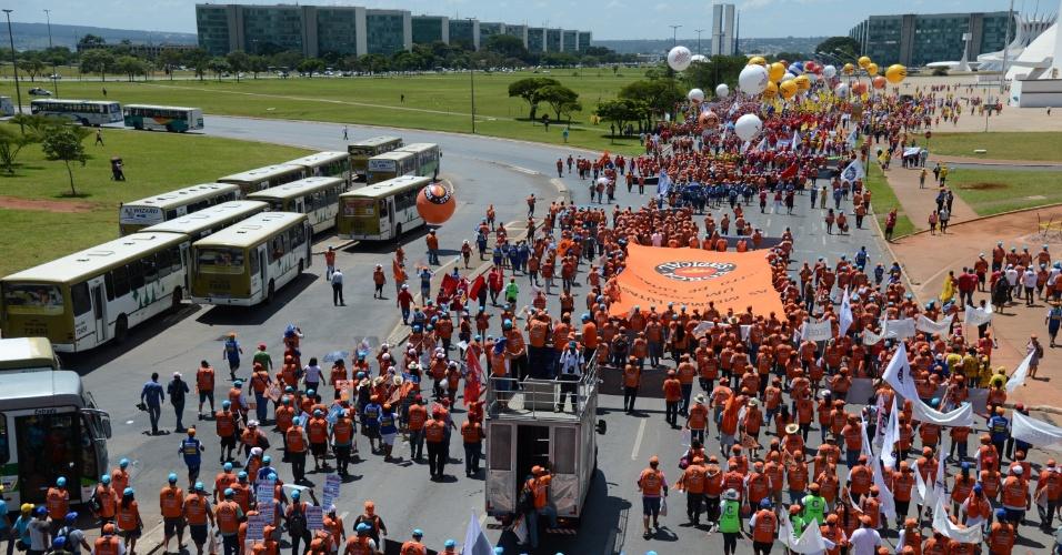 6.mar.2013 - Manifestantes participam nesta quarta-feira (6) da 7ª Marcha a Brasília, organizada pela Força Sindical ao lado da Central Única dos Trabalhadores (CUT), da Central dos Trabalhadores e Trabalhadoras do Brasil (CTB), da Nova Central e da União Geral dos Trabalhadores (UGT)