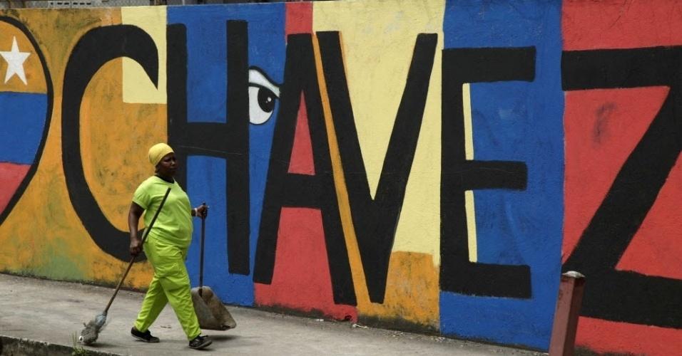6.mar.2013 - Muro pintado em homenagem a Hugo Chávez é visto na Cidade do Panamá, nesta quarta-feira (6). O presidente da Venezuela morreu ontem (5), aos 58 anos, vítima de um câncer na região pélvica