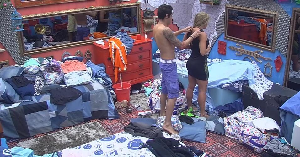 6.mar.2013 - Nasser ajuda Fani com roupa da festa desta quarta-feira