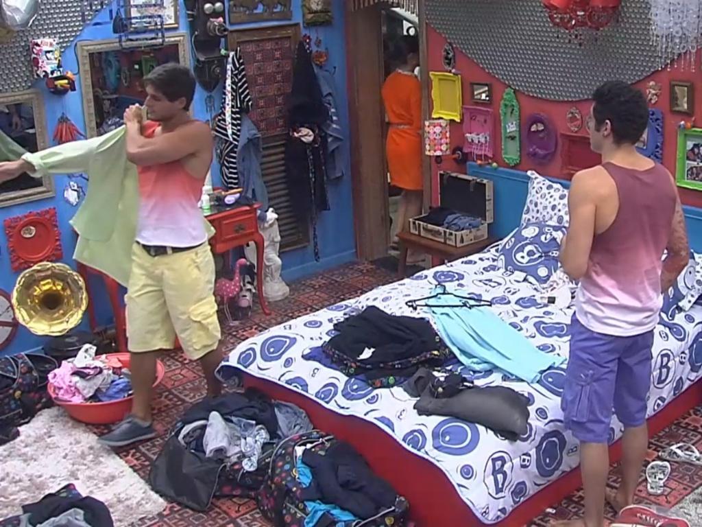 6.mar.2013 - Nasser e André são um dos primeiros a se trocarem e vestirem a roupa fornecida pela produção