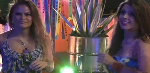 6.mar.2013 - Natália e Andressa curtem o show durante a festa Astral