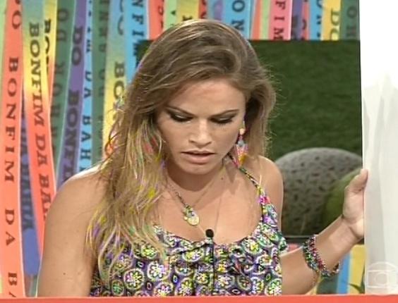 6.mar.2013 - Natália se concentra para acertar resultado das três contas