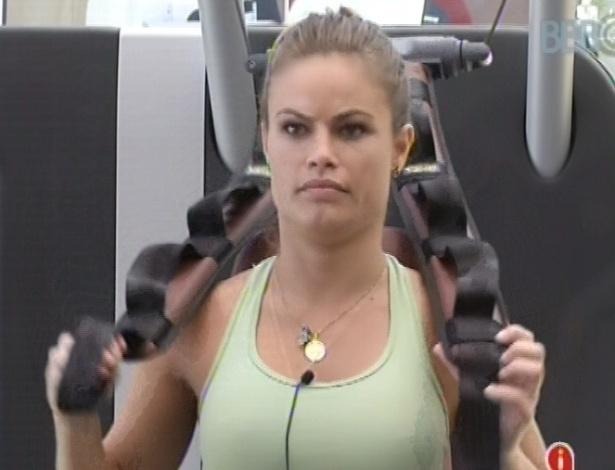 6.mar.2013 - Natália se prepara para fazer exercício na academia, no início desta tarde